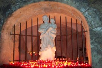 Statue de saint Joseph à la source de nuit
